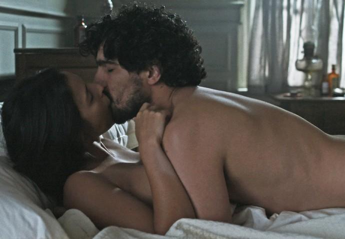 Júlia e Vicente estão em momento íntimo e Augusto entra de surpresa no quarto (Foto: TV Globo)
