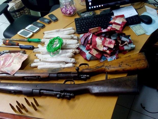 Fuzis e bananas de dinamite também foram apreendidos com os irmãos (Foto: Divulgação/Polícia Civil)