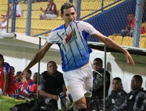 Rogério marcou três gols para o Viana (Foto: De Jesus/ O Estado)
