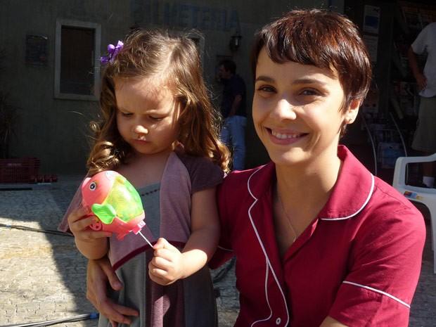 Débora Falabella posa com sua Nina durante visita (Foto: Avenida Brasil / TV Globo)