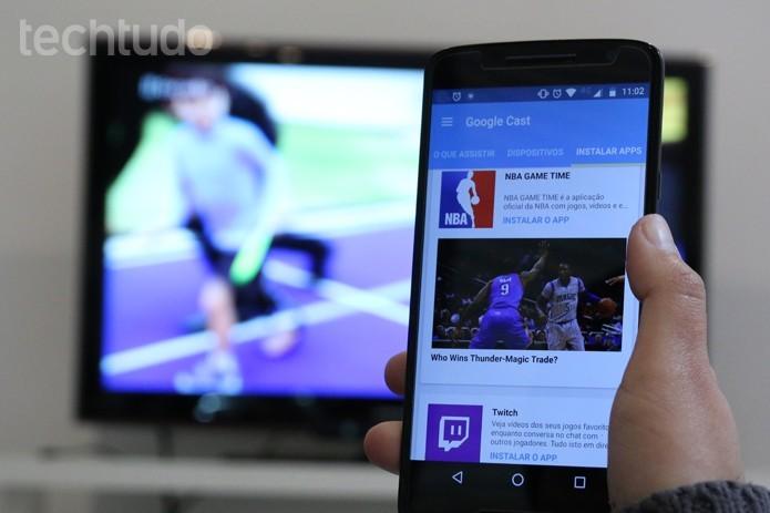 Celular fica livre pra usar enquanto transmite vídeos para o Chromecast (Foto: Carolina Ochsendorf/TechTudo)