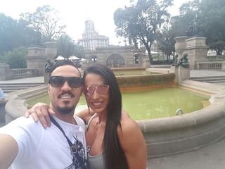 Belo e Gracyanne Barbosa passeiam por Barcelona (Foto: R2assessoria/Divulgação)