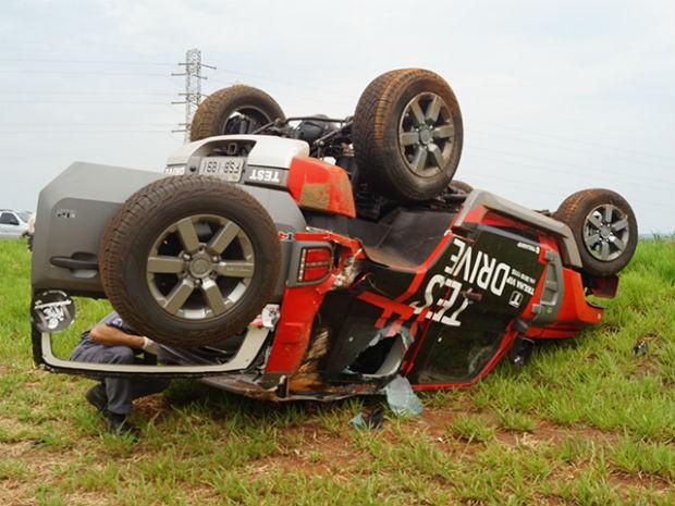 Motorista perdeu o controle do carro e capotou na SP-201 (Foto: Ademir Naressi/Reporter Naressi)