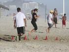 De preto, Fernanda Souza se exercita na praia