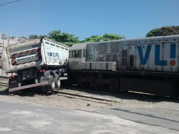 colisão entre trem e caminhão  (Foto: Washington Tiago/Site: Brumado Acontece)