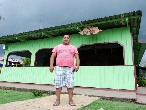 Líder comunitário cortava madeira ilegalmente e hoje é dono de pousada no Rio Negro (Foto: Marina Souza/G1 AM)