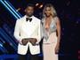 Ciara, recém-casada, arrasa com vestido decotado em prêmio
