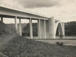 Ponte da Amizade, em 1965, no ano da inauguração (Foto: Museu da Imagem de Foz do Iguaçu / Divulgação)