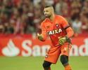 Weverton volta ao Atlético-PR e será titular; Eduardo da Silva é relacionado