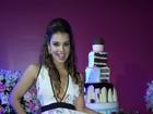 Mari Antunes usa vestido curto e decotado em festa de aniversário