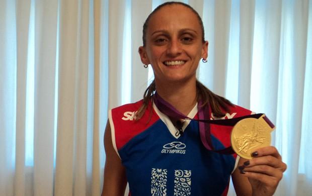 Tá na área foto fabi com a medalha (Foto: Marcela Dottling)