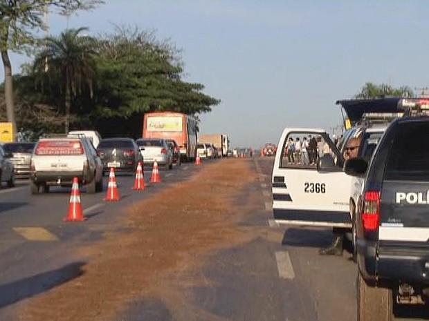 Polícia interditou uma das pistas da BR-020 após ônibus derramar óleo na via (Foto: Reprodução/TV Globo)