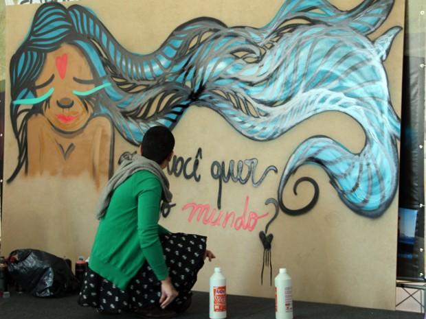 Negahamburguer fez grafite ao vivo durante evento (Foto: Jéssica Balbino/ G1)