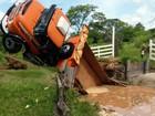 Caminhão cai em lago após ponte de madeira quebrar em sítio de Mirassol