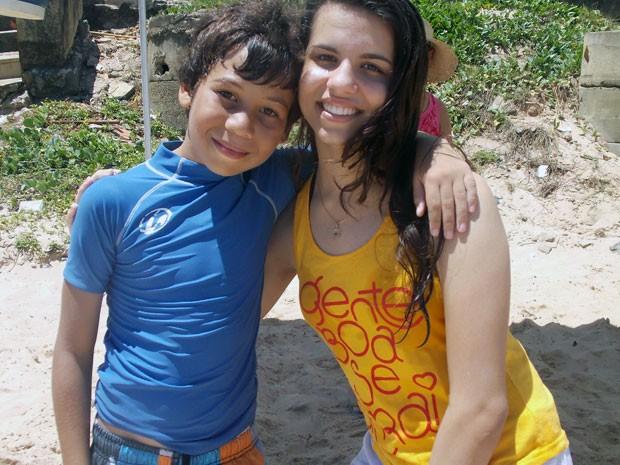 Enzo, 10 anos, aluno da Escola de Surf Armando Daltro, e Adele Fernandes, aluna estreante.  (Foto: Denise Paixão/G1)