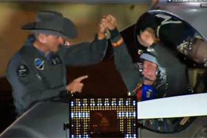 Piloto comemora aterrissagem do Solar Impulse em segurança em Phoenix após 18h de voo. (Foto: Reprodução/live.solarimpulse.com)