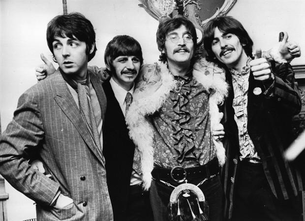 Beatles comemoram a finalização de 'Sgt Pepper's Lonely Hearts Club Band' em 1967 (Foto: Getty Images)