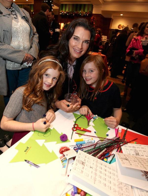 A atriz Brooke Shields com as filhas (Foto: Getty Images)