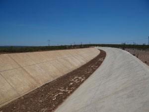 Obra no eixo leste da transposição do São Francisco, que corta o município de Floresta, no Sertão de Pernambuco (Foto: Luna Markman/G1 PE)