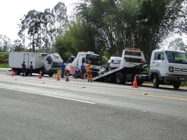 Veículos envolvidos no acidente foram levados pelo guincho da concessionária (Foto: Evandro Redondo)