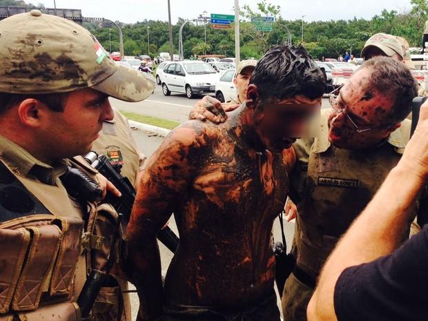 Suspeito detido no mangue estava sujo de lama (Foto: Eduardo Gonsalves/Grupo RBS)