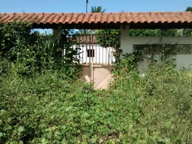 Escola construída em distrito de Una está escondida por matagal (Foto: Jorge Pereira / Una News)