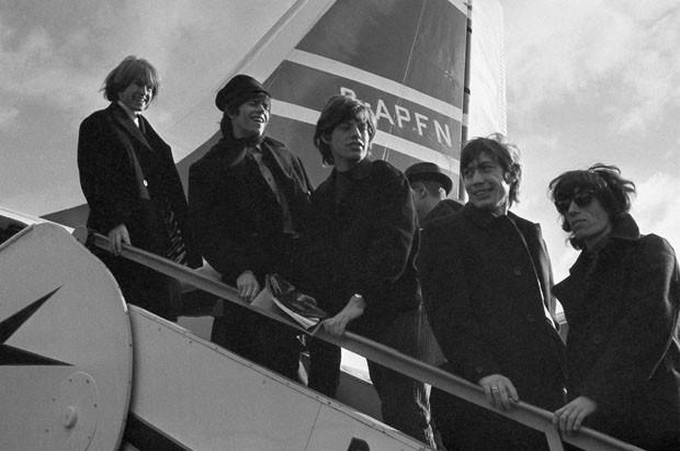 Brian Jones, Keith Richards, Mick Jagger, Charlie Watts e Bill Wyman, antes de embarcar para turnê no Estados Unidos em 1964 (Foto: Victor Boyton/AP)