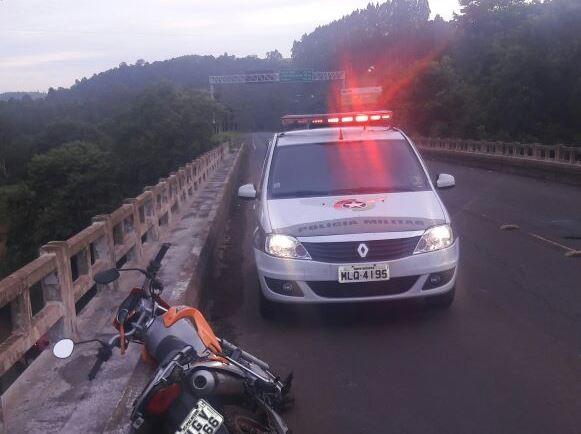 Moto ficou sobre na BR-158 e motociclista caiu da ponte  (Foto: PM/Divulgação)