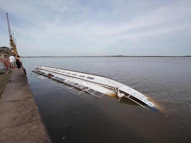 Barco Cisne Brasco virou no Guaíba (Foto: Jefferson Botega / Agência RBS)