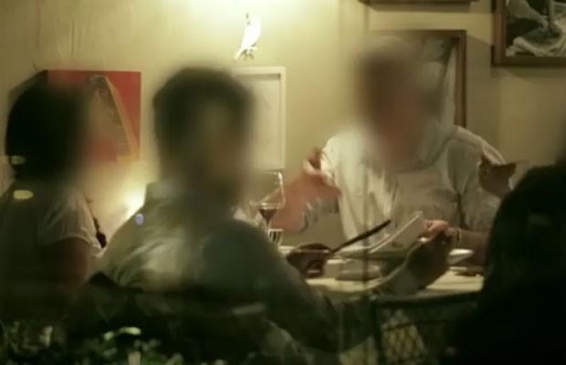 Pegadinha 'Jantar da vingança', do Reclame Aqui, mostra executivos provando mau atendimento (Foto: Reprodução/YouTube)