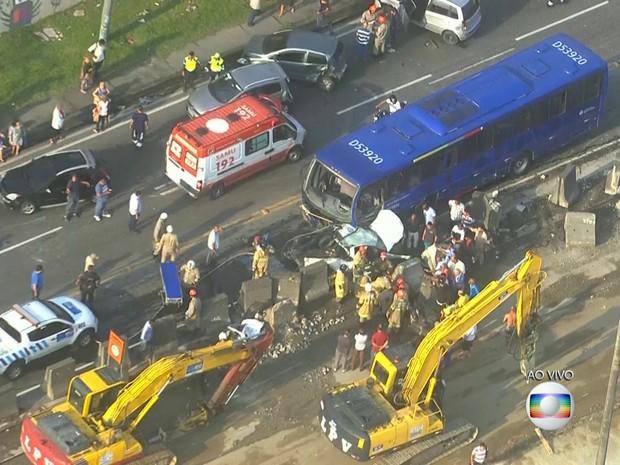 Acidente interditou a pista central da Avenida Brasil (Foto: Reprodução/ TV Globo)