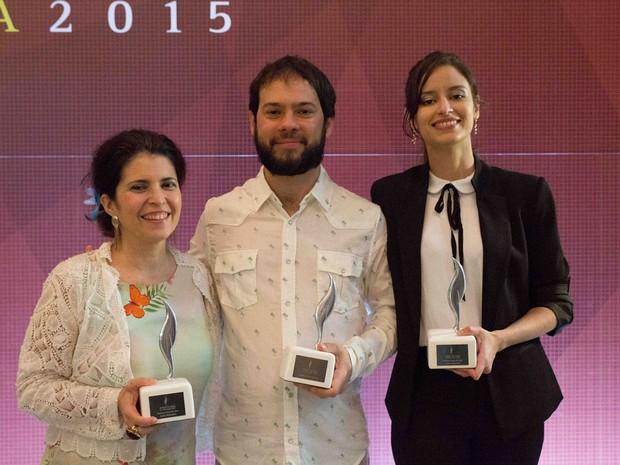 A partir da esquerda: Micheliny Verunschk, Estevão Azevedo e Débora Ferraz posam com seus troféus do Prêmio São Paulo de Literatura 2015; cerimônia ocorreu na noite desta segunda-feira (30) na Biblioteca do Parque Villa-Lobos, em São Paulo (Foto: Marcelo Nakano/Divulgação)