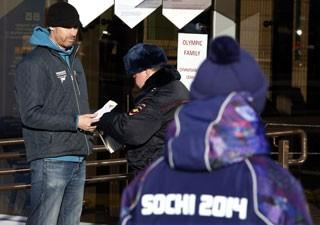 Seguranças em Sochi usam uniforme olímpico (roxo) para andar à paisana dentro de área de atletas (Foto: Eric Gaillard/Reuters)