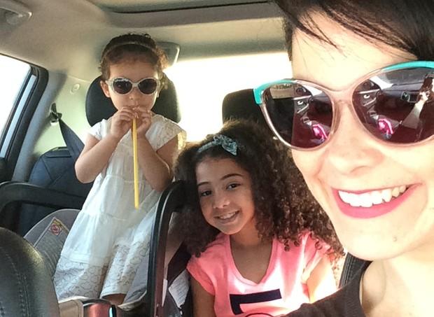 Samara tenta levar as filhas para onde vai (Foto: Arquivo pessoal/ Samara Felippo)