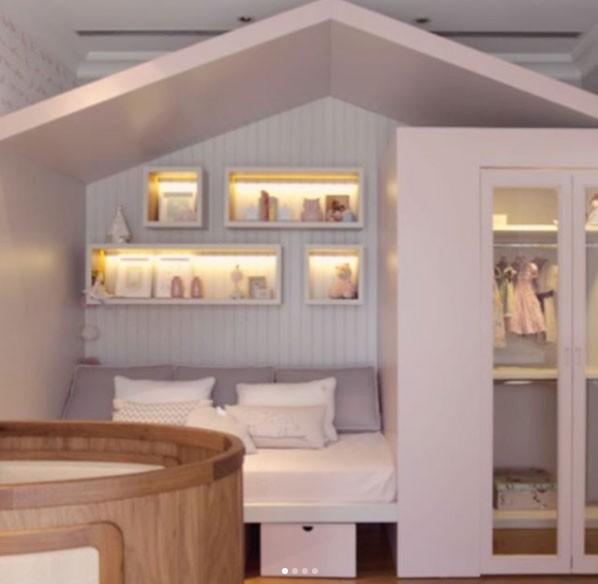 O cantinho que imita uma casinha é puro aconchego. E as prateleiras ganharam iluminação especial. (Foto: Reprodução - Instagram)