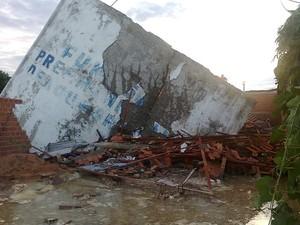 Reservatório com 250 mil litros rompeu e destruiu três casas em Água Branca (Foto: Misael Lima/Portal MPiauí)