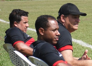 Edson Porto e comissão técnica acompanham jogo-treino no CT (Foto: João Ricardo/Globoesporte.com)