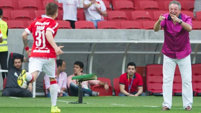 Sasha corre para abraçar Abel após marcar gol (Foto: Alexandre Lops / Divulgação Inter)
