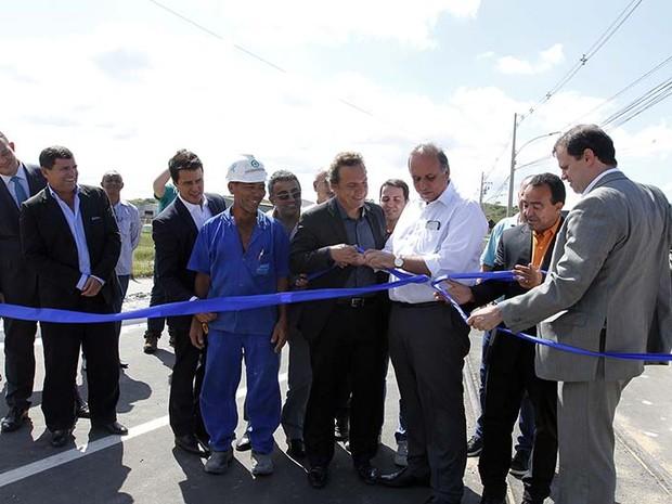 O prefeito de Macaé, Dr. Aluízio, e o governador do estado, Luiz Fernando Pezão, inauguraram o trecho Norte Sul II  (Foto: Ascom Macaé / Flávio Sardou)
