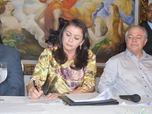 Suely Campos (PP) assina decreto de nomeação do primeiro escalão ao lado do marido Neudo Campos (Foto: Inaê Brandão/G1 RR)