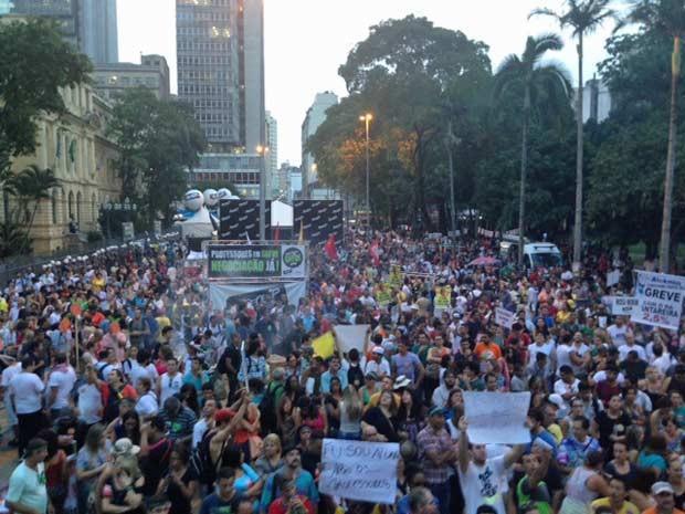 Reunião dos professores na Praça da República na terceira assembleia da greve 2015. (Foto: Roney Domingos/G1)