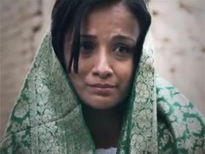 A atriz Fereshta Kazemi em cena do filme afegão 'The icy sun' (Foto: Reprodução/YouTube/Sanayee Film Production)