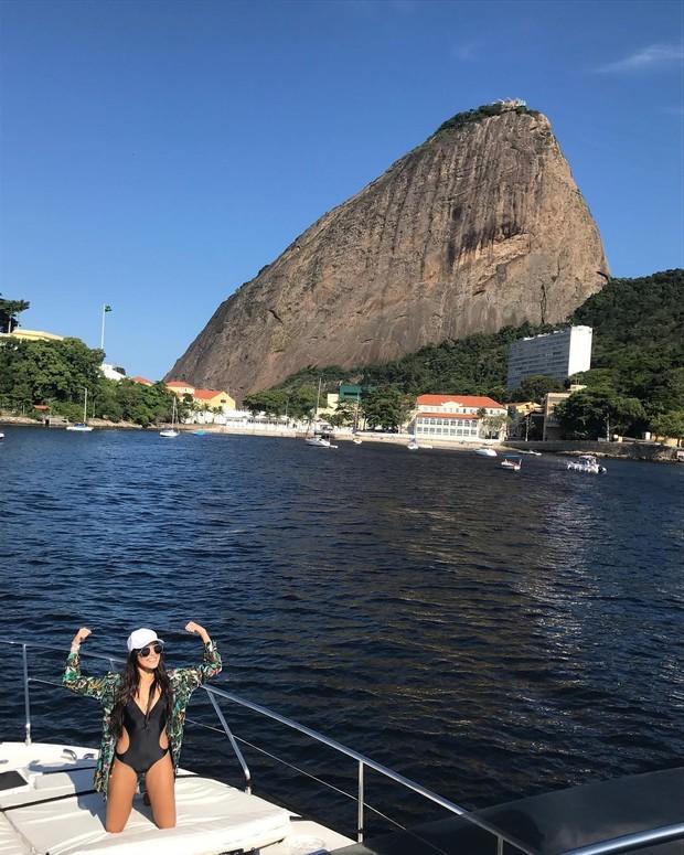Emilly passeia de maiô (Foto: Reprodução/Instagram)