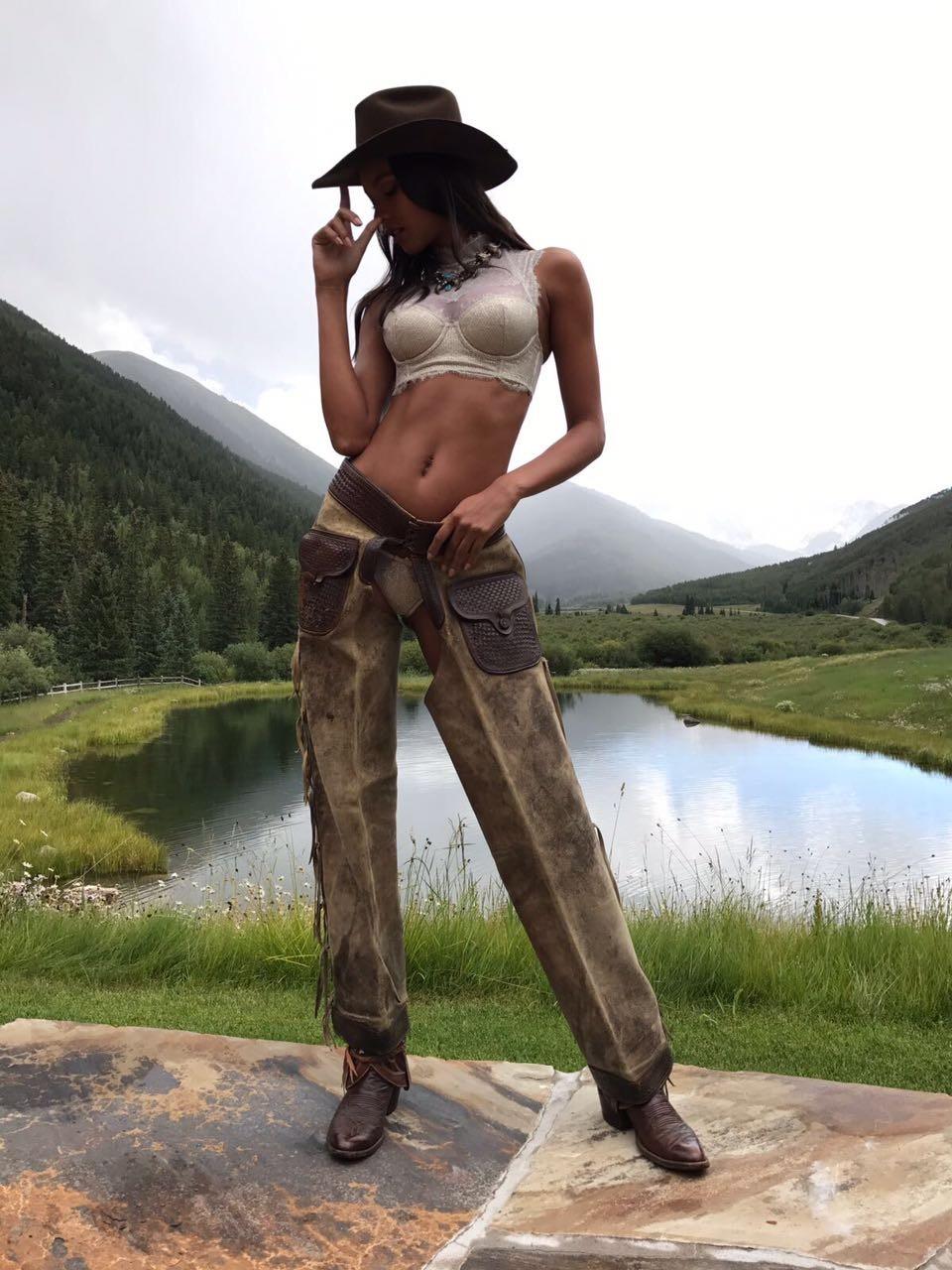 Lais Ribeiro posa à la cowgirl direto de Aspen (Foto: Divulgação)