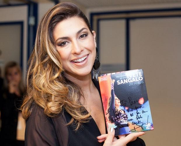 Fê Paes Leme feliz com seu presente (Foto: Dafne Bastos/TV Globo)