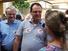 Ministro vai a casas em dia de combate (Pedro Ângelo/G1)