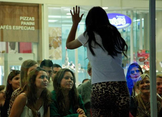 Valdirene aproveita a ausência de Ellen (Foto: Pedro Curi/ TV Globo)