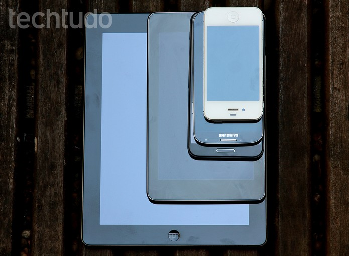 G Pro (3º de cima para baixo) com rivais iPhone 4, S4, Nexus 7 e iPad 3 (Foto: TechTudo / Luciana Maline)
