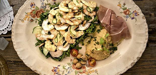 Salada de camarões com purê de grão-de-bico e rúcula (Foto: Cacá Bratke/Editora Globo)