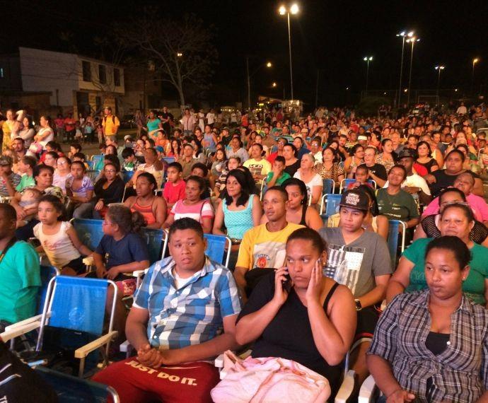 Dezenas de pessoas esperam o primeiro capítulo de A Regra do Jogo na Restinga (Foto: Gabriela Haas / RBS TV)